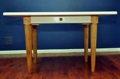 Mesa con cajón, construida con terciado multiuso y soportes de pino.
