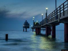 © Blende, Thekla Oelke, Blaue Stunde in #Zingst | #Nachtfotografie #Tauchgondel #Meer #Brücke #nightphotography #submergedgondola #sea #bridge