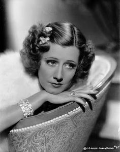 Irene Dunne in diamonds, 1935. She's like diamond in the sky, like literally. She looks adorable in all those jewellery. Very attractive, while jewellery trend in 1920s was pearl, and long necklaces. In 1930s, it was about diamonds, but smaller detail in accessories.