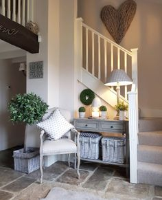 Staircase Wall Decor, Stairway Decorating, French Country Interiors, Cottage Interiors, Country Hallway, Country Decor, Estilo Country, Hallway Designs, Home Decor Bedroom