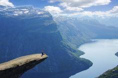 Acantilados, cascadas,fiordos, lagos, glaciares y salientes rocosos en Noruega