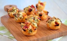 Pizza bonbons: puff pastry in mini muffin tins. Prick bottoms and fill with pizza fillings. Bring corners together and pinch. Brush with egg and sprinkle with Italian spices. Bake at 225 C for 14 minutes Appetizer Recipes, Snack Recipes, Cooking Recipes, Snacks Für Party, Happy Foods, Savory Snacks, Pizza Snacks, Appetisers, High Tea