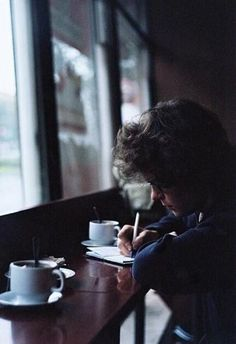 i think this is one of my fave Harry Pictures ever, him just sitting in a Café writing in his book Story Inspiration, Writing Inspiration, Character Inspiration, Edward Styles, Ravenclaw, Photography Poses, Vintage Photography, Grunge, Photo Shoot