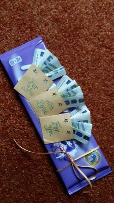 Nur noch mit Tesafilm Geld u Do not tinker bags, punch out patterns, stamp. Only with Tesafilm money and … Diy Birthday, Birthday Cards, Birthday Gifts, Happy Birthday, Don D'argent, Creative Money Gifts, Scotch Tape, Punch Out, Diy Gifts