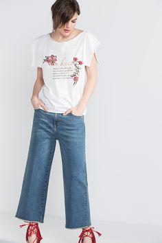 Camiseta manga corta con vuelta. Estampado floral con texto laminado dorado. 16b2ace78901