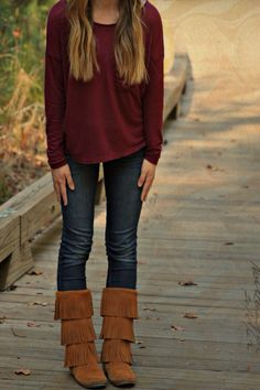 shirt - Aerie jeans - Hollister Shoes - Minnetonka Moccasins (which I REALLY want a pair of. Fringe Boots Outfit, Brown Boots Outfit, Moccasin Boots Outfit, Moccasins Outfit, Passion For Fashion, Love Fashion, Womens Fashion, Fashion Ideas, Fall Winter Outfits