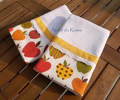 Pano de prato com barrado de tecido com estampa de maçã decorado com bordado inglês e viés amarelo