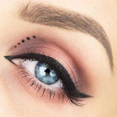 Pin Up Eyeliner With Dots ★ Simple winged eyeliner styles for bi. Pin Up Eyeliner, Eyeliner Dots, Makeup Tutorial Eyeliner, Perfect Eyeliner, How To Apply Eyeliner, Winged Eyeliner, Shimmer Eyeshadow, Eyeshadow Crease, Eyeliner Pencil