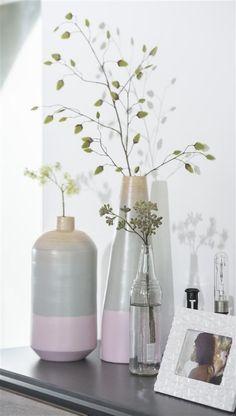 Menthe, rose... déclinaison pastel sur bambou pour ces jolis vases. Idée déco : disposez-y des branchages pour une atmosphère printanière.