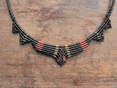 Rigide collier tribal en laiton et macramé par DATURAbyNorumore