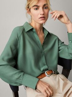 Satin Blouses, Shirt Blouses, Fashion 2020, Look Fashion, Fashion Beauty, Blouse Styles, Blouse Designs, Blouse Outfit, Collared Shirt Outfits