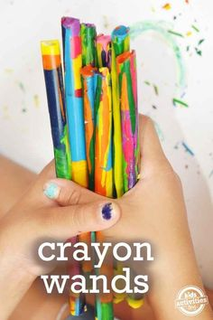 Reúne a todos los trozos y pedacitos de crayón que haya por la casa y conviértelos en varitas de crayón.