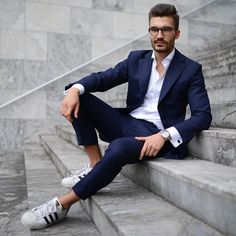 Fashion men style casual suit look, casual wear, classic man, navy blue sui Mens Boots Fashion, Men Fashion Show, Mens Fashion Suits, Casual Suit Look, Style Casual, Casual Wear, Herren Winter, Men Style Tips, Classic Man