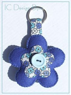 IC Design Bijus: Porta-chaves Felt Keyring, Felt Crafts Patterns, Craft Stalls, Sewing Toys, Fabric Samples, Christmas Ornaments, Create, Holiday Decor, Projects