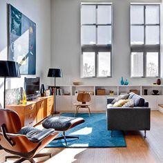 Pimpelwit : Mooie combinatie van kleuren - wandmeubel van hout - pletrol kleed - witte muren - Eames lounge chair https://emfurn.com/collections/lounge-chairs