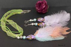 Schmuckset mit Glasperlen, Kunstfedern und Perlen aus Polymer Clay.     Polymer Clay ist eine ofenhärtende Modelliermasse, die es in verschiedenen Far