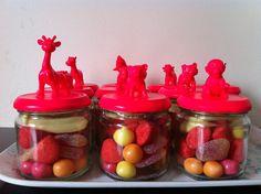 Zelf gemaakt: kleine potjes met snoep om mee te geven na kinderfeestje