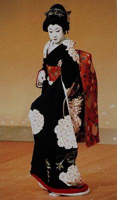 National Living Treasure of Japan as an Kabuki actor, BANDO Tamasaburo.I have never saw him perform at the Kabuki Theater in Ginza, only in tv. Japanese Costume, Japanese Kimono, Japanese Art, Yukata, Noh Theatre, Art Japonais, Japanese Outfits, Kaiser, Japanese Beauty