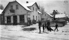 Jóvenes esquiadores frente al local de Fotografías y Recuerdos Kaltschmidt, Mitre y Quaglia, Año 1940 (Colección Lamuniere en Archivo Visual Patagónico)