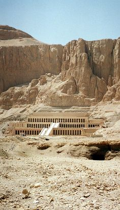 Hatshepsut's Mortuary Temple at Deir-Al-Bahari. Next time i visit Egypt, i'll def see this Ancient Ruins, Ancient Egypt, Ancient History, Places To Travel, Places To See, Kairo, Valley Of The Kings, Ancient Architecture, Machu Picchu