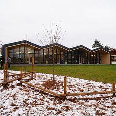 昨日に続き、今日も朝7:15スタートで幼稚園見学です。外観はジグザグの屋根になっていますが、この園舎は増築工事であり、隣にある既存園舎の屋根がこうした形状であった事から踏襲しているデザインとなっています。別アングルから。保育室から見ても屋根 Nursery School, Pavilion, Art Museum, Kindergarten, Vase, Mansions, House Styles, Projects, Students