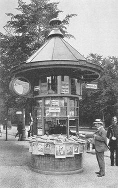 Zeitungskiosk am Knie in Charlottenburg (heutiger Ernst-Reuther Platz). Berlin, um 1910. o.p.