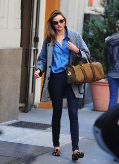 Jeans + jeans + mocassim animal print. Tá lindo, tá copiável.