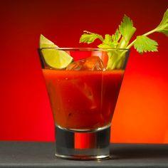 Quer animar sua festa com drinks especiais? Aprenda a fazer os drinks Bloody Mary, Sex on the Beach, Marguerita, Dry Martini e Lagoa Azul