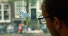 """Pensando em deixar as viagens dos passageiros mais legais, a secretaria de transportes públicos de Amsterdam criou - junto ao estúdio Head Made - uma ação sensacional: é a """"realidade aumentada analógica"""". É isso mesmo. Um simples adesivo..."""