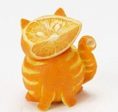 Tabby cat made out of oranges. More weird food carving. Tabby cat made out of oranges. More weird food carving. L'art Du Fruit, Fruit Art, Fun Fruit, Fresh Fruit, Frozen Fruit, Top Photos, Images Photos, Bing Images, Food Carving