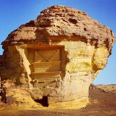 . مقابر الانباط (قوم ثمود) المنحوته في الجبال منذ اكثر من 2000 عام في #مدائن_صالح . A tomb curved out in a mountain since more than 2000 years ago by the Nabataens (Thamud) at #madainsaleh #saudiarabia