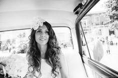 Hoy en nuetro blog: el look de novia bohemio de Rebeca, con vestido de novia de YolanCris.