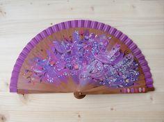 Abanico de madera de peral y tela de algodón color marfil pintado a mano con diseño Filigrana de flores. / Hand painted spanish fan / Hand fan / Violet