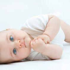 À l'heure de dormir, votre bébé a toujours envie de chanter, de rigoler ou de pleurer? Voici dix trucs tout doux pour aider votre bébé à trouver le sommeil.