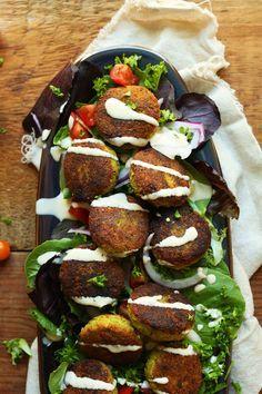 Una receta clásica de falafel. Esponjoso por dentro y crujiente por fuera.