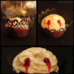 Rotwein Cupcakes mit Biss ~ kleine süße Blutsauger mit klassischer Dracula-Eleganz | Rezepte rund ums Backen von Muffins, Cupcakes, Kuchen &Co. auf https://nachtbacken.wordpress.com/2015/03/29/rotwein-cupcakes-mit-biss