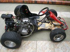 """Ele é montado com um chassi de kart Moro, e um motor Honda CG 125cc.  Tem câmbio de 5 marchas, com alavancas no volante (Kit Bepi Kart).  Rodas aro 10"""" e pneus 155 (dianteiros) e 205 (traseiros)."""