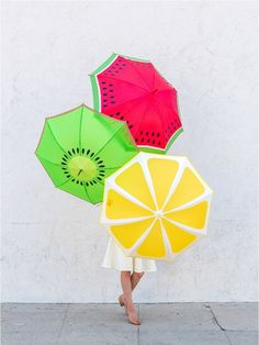 DIY Fruit Slice Umbrellas Another fruit craft here! Take a look at these DIY Fruit Slice Umbrellas! The weather can be a bit unpredictable - even in the summer, and therefore umbrellas are a necessity all year round despite the… Diy Projects To Try, Craft Projects, Diy And Crafts, Arts And Crafts, Diy Accessoires, Fruit Slice, Parasols, Under My Umbrella, Rain Umbrella