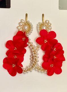 Lucite Flower Earrings, Jewelry Design Earrings, Beaded Earrings, Earrings Handmade, Beaded Jewelry, Beaded Bracelets, Bead Embroidery Tutorial, Beaded Embroidery, Fancy Jewellery