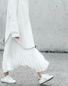 minimal chic White total look. Sneakers, pleated skirt and long white sweater. Looks Street Style, Looks Style, Looks Cool, Look Fashion, Hijab Fashion, Fashion Outfits, Fashion Design, Fashion Trends, Sneakers Fashion