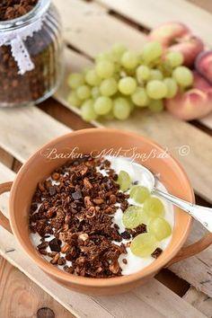 Selbstgebackenes Schoko-Knusper-Müsli mit Kakao und Lieblingsschokolade. Einfaches und schnelles Rezept. Unser beliebtes Rezept für Granola. Es ist köstlich, schokoladig, knusprig...