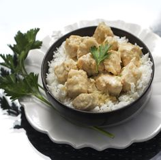 White Chicken Korma - a creamy, mild, white curry with wonderful delicate spices. Greek yogurt makes it creamy. #GlutenFree #FamilyFriendly