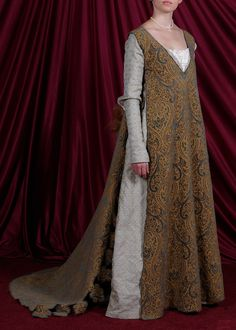 Tabardy over gown is a giornea, popular in Florence towards the end of the 15th century. Outfit link: http://rebelshaven.com/VersCorner/tornabuoni.html