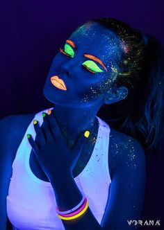 maquillaje glow in the dark Neon Party Decorations, Party Themes, Party Ideas, Up Halloween, Halloween Makeup, Halloween Pajamas, Halloween Tutorial, Maquillage Phosphorescent, Uv Photography