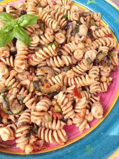 Salade de pâtes aux légumes grillés - courgettes, tomates, pois chiche - four