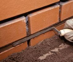 Murowany grill. Budowa grilla ogrodowego z klinkieru - krok po kroku Exterior Wall Cladding, Brick Laying, Compound Wall, Brick Masonry, Stone Blocks, Pizza Oven Outdoor, Brick Architecture, Brick Fence, Construction Tools