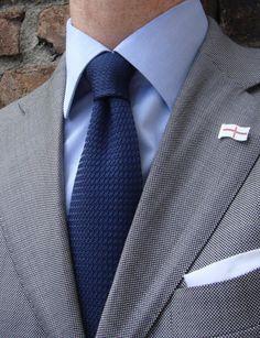 Великолепное сочетание трёх разных фактур — «птичий глаз» костюма, вязаный шёлковый галстук и рифлёный хлопок рубашки. Просто, но только на первый взгляд.