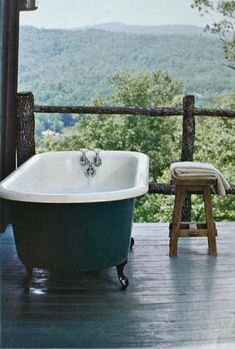 Tub on the porch. With that view…I'm in! Or just a big ol' round po… Baignoire sur le porche. Ou juste un grand vieux & # pot rond ou un seau! Outdoor Bathtub, Outdoor Bathrooms, Outdoor Showers, Outdoor Spaces, Outdoor Living, Porche, Up House, Cabins In The Woods, Beautiful Bathrooms