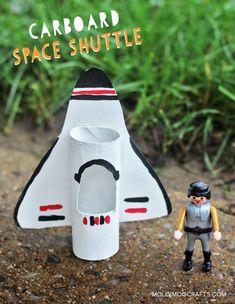 Raumschiff oder Star Wars Fighter für Playmobilmännchen - aus Klopapierrollen basteln.