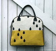 bolsa em duas cores com desenho de chuva